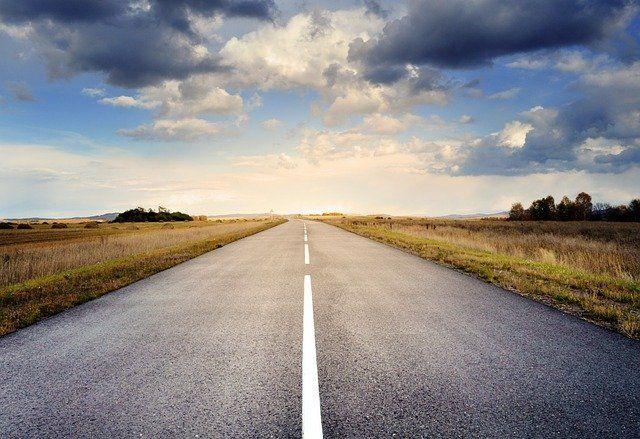 Długa podróż na wakacje? Nie trać panowania nad sobą za kierownicą